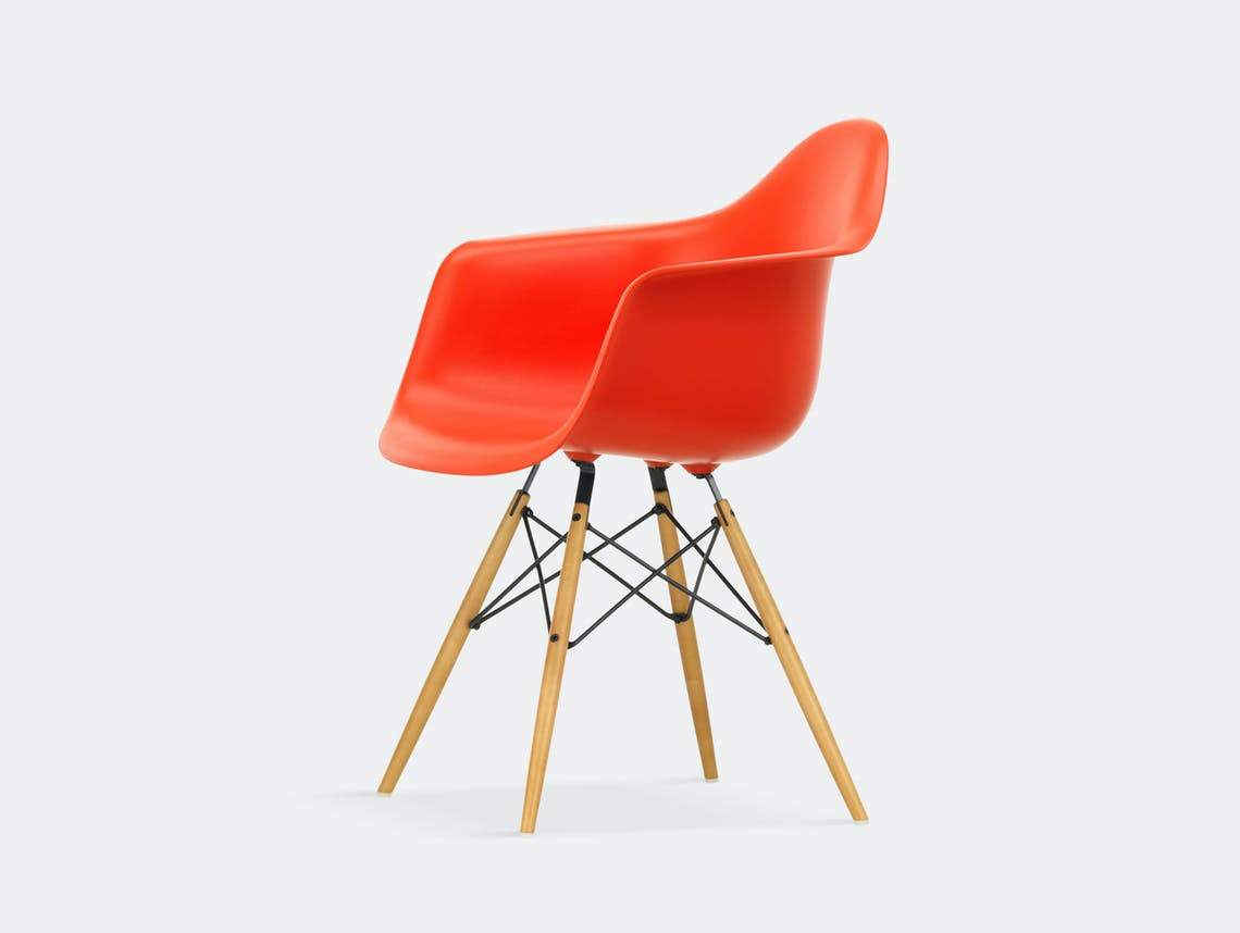 Vitra Eames Plastic Armchair DAW poppy red golden maple legs