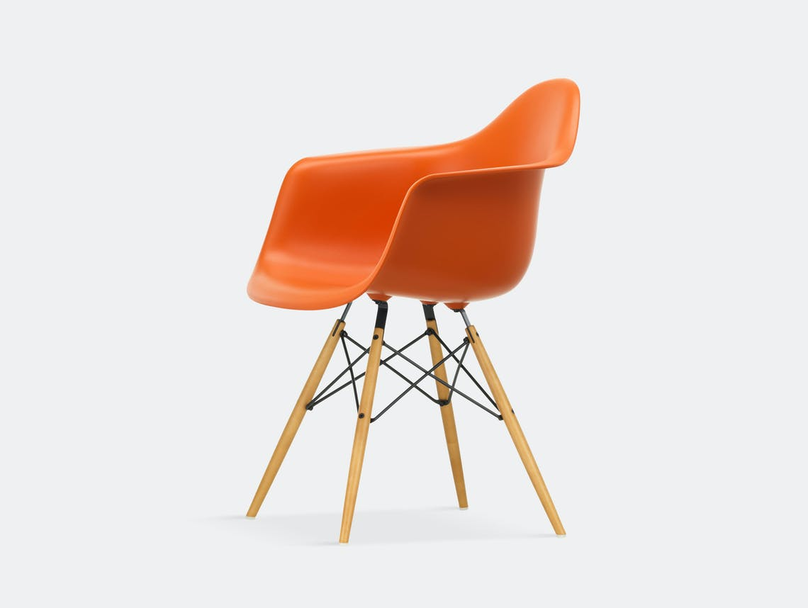 Vitra Eames Plastic Armchair DAW rusty orange golden maple legs