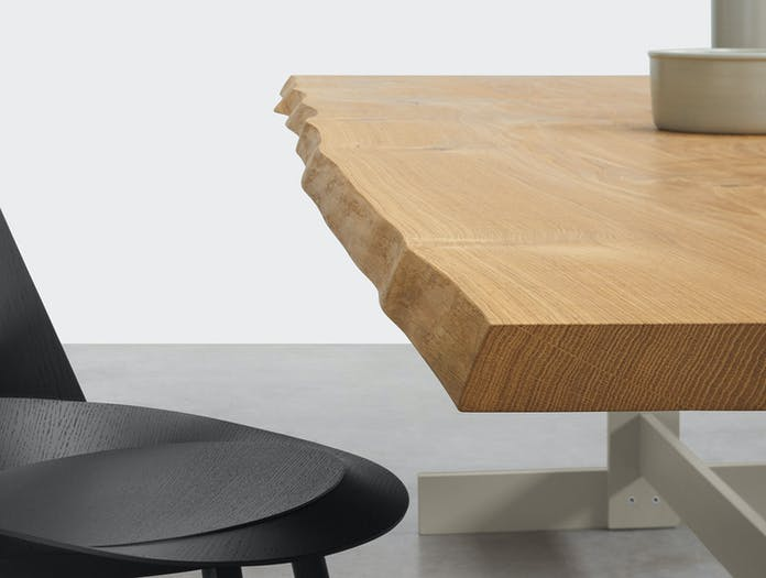 E15 Kazimir Raw Table Oak Edge Detail 1 Philipp Mainzer