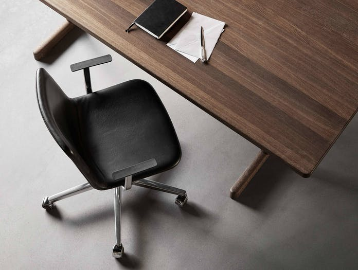Fredericia pato chair swivel castor base lifestyle 2
